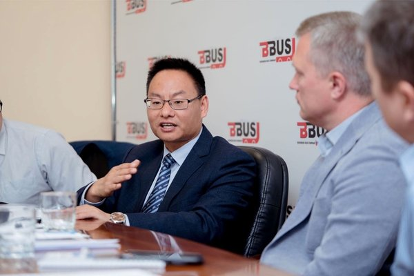 Hu Huai Ban, General Manager of Overseas Markets(left), Yutong Bus and Alexander Strukov, Founder of BBus. (right)
