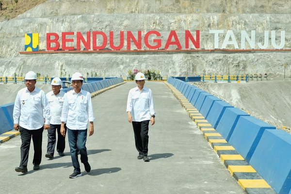 President Joko Widodo during site inspection of Tanju dam - accompanied by the Minister of Public Works and Housing, Basuki Hadimuljono; the Governor of West Nusa Tenggara province, Tuan Guru Bajang; and the Regent of Dompu, Bambang M. Yasin.