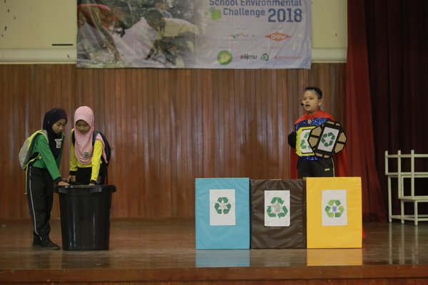 The first runner up of the MPMA - Dow School Environment Challenge 2018 Sketch Performance Competition from SK Tehel, Bemban, Melaka - 'Recycle Hero' saving the Earth by educating students to throw recyclables into the right bin.