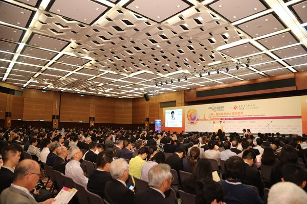 """Over 1,000 distinguished guests, including Mainland and Hong Kong officials, Chinese entrepreneurs worldwide, professionals, business leaders, experts and academics from around the globe attended the Summit to explore opportunities under the """"Belt & Road"""" and """"Bay Area""""."""