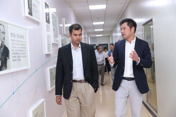 赛默飞全球临床测序部总裁 Joydeep Goswami 先生和泛生子首席执行官王思振先生