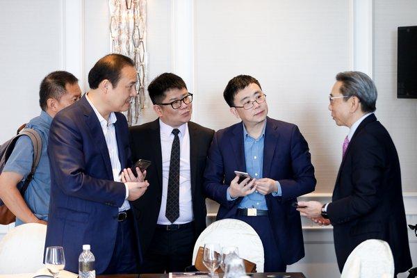 宜信财富客户在 Milken Institute 新加坡亚洲峰会现场与 Perry Wong 交流