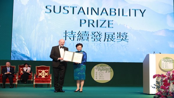 Mrs. Carrie Lam presents the Sustainability Prize to Mr. Hans-Josef Fell.
