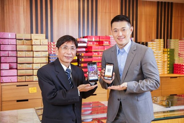 Wu-Shung Yan, Executive Vice President, Taiwan Cooperative Bank and Eric Wang, Visa's Head of Product for Taiwan, demonstrating Taiwan's first QR Code payment by an international payment network following EMV Specifications.