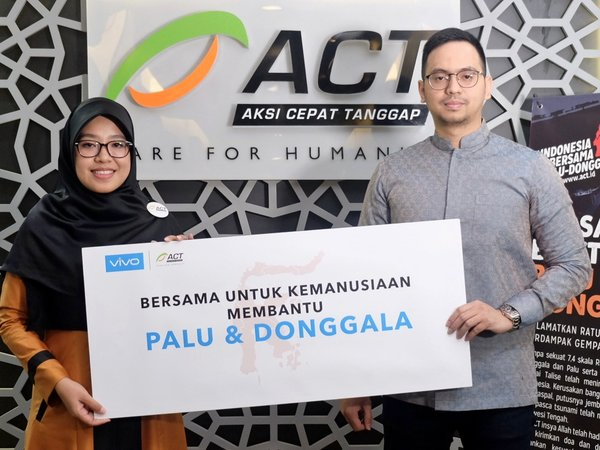Fachryansyah Farandy, General Manager for Digital and Partnership of PT Vivo Mobile Indonesia, symbolically hand over the donation to Rini Maryani, Vice President of Aksi Cepat Tanggap (ACT)