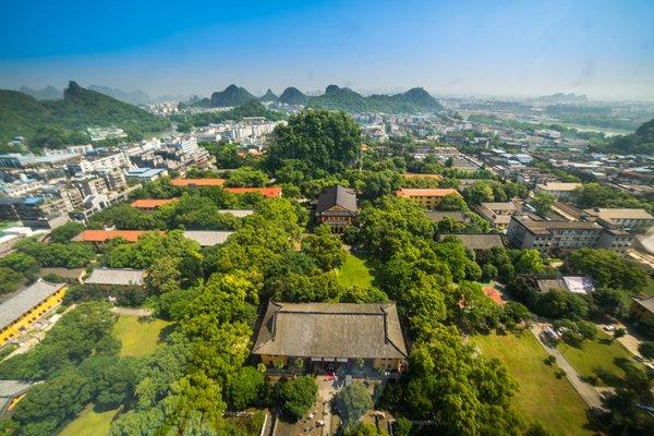 乘坐直升机俯瞰桂林山水。