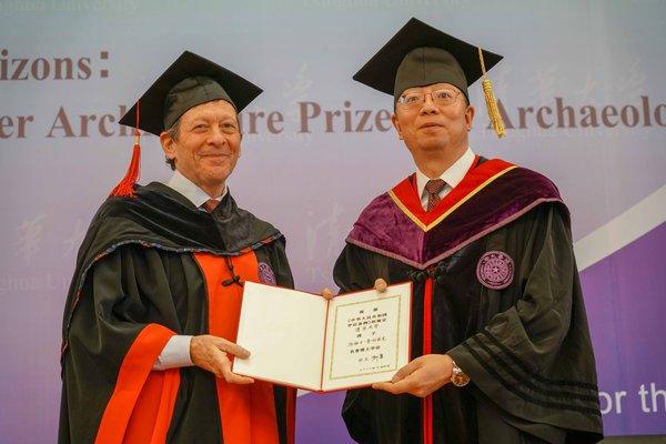 邱勇授予汤姆士-普利兹克名誉博士学位