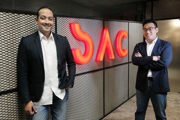 (left) Chief Operating Officer SAC, Rayandityo Muktiaki and (right) Chief Executive Officer SAC, Antonny Liem pose in front of SAC new logo.