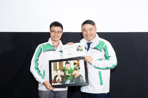Hang Lung CEO Mr. Weber Lo (right) presents certificate of appreciation to Patrick Siu (left), Analyst Programmer with the highest volunteering service hours last year.