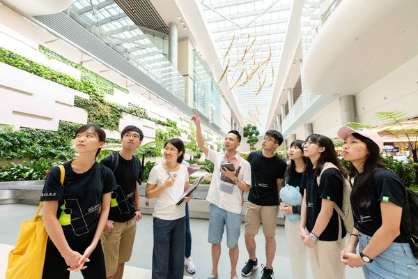 Hang Lung's architect Godfrey Chan (center) participates in Hang Lung Young Architects Program as both a judge in the Architectural Tour Design Competition and a guide in the trip to Singapore which takes the winning teams on a tour to local green buildings as part of an educational experience.