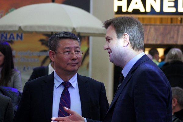 Cao Yuanxin and Aleksei Tihnenko discussing tourism cooperation between the two cities