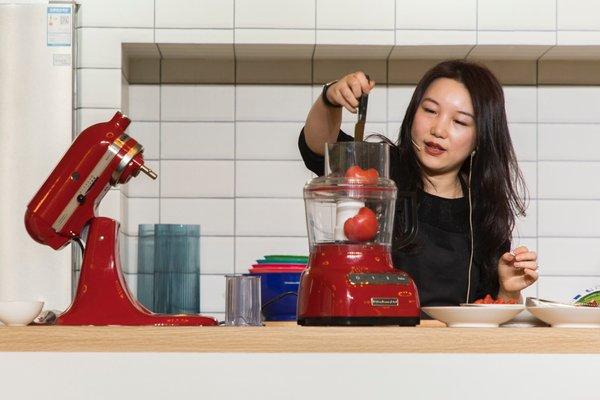 陈薇的野餐主题烹饪秀,图为陈薇使用KitchenAid九杯食物处理机