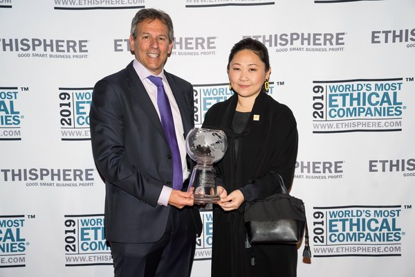 Ethisphere Institute CEO Timothy Erblich congratulates DTGO's Group CEO, Mrs Thippaporn Ahriyavraromp, on DTGO becoming one of the 2019 World's Most Ethical Companies.