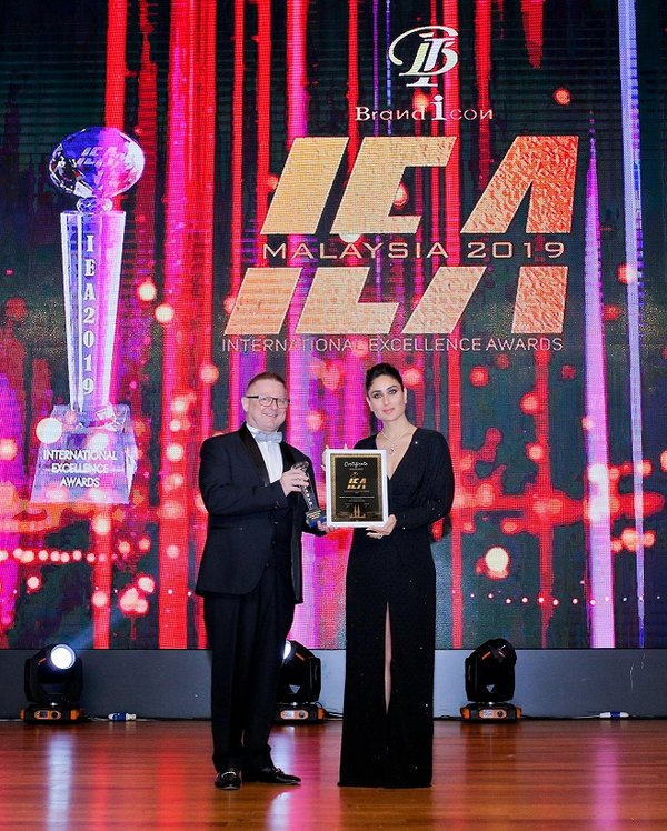 Mr Roger Marcz, Cluster General Manager of Sunway Resort Hotel & Spa receiving the award from Kareena Kapoor