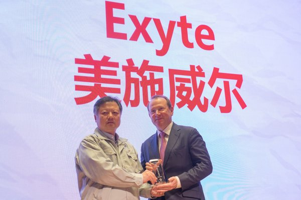 From left to right: Junjun Tang (President of HLMC) and Herbert Blaschitz (President of Exyte's Global Business Unit Advanced Technology Facilities)