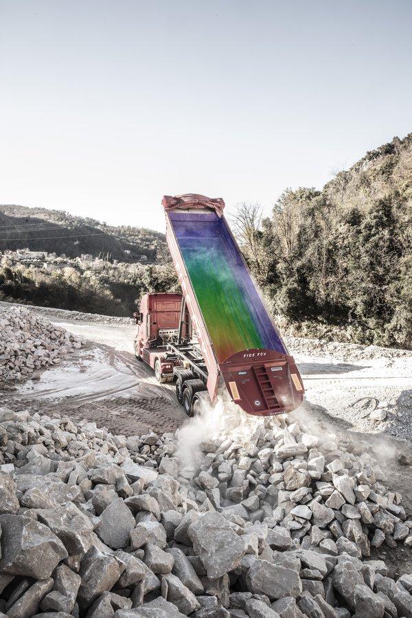 借助 SSAB 的 WearCalc 等软件,可以在生产自卸车车身之前就计算出磨损率。不同颜色显示卸载自卸车后的滑动磨损。计算数据将为制造商提供材料升级和磨损设计的建议。