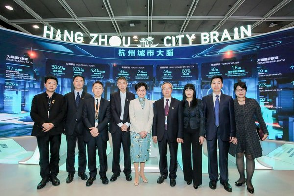HKSAR Chief Executive Carrie Lam Cheng Yuet-ngor (fifth from left), the CPC Hangzhou Standing Committee member Chen Xinhua (fourth from right) and Alibaba Cloud founder and Hangzhou Yunqi Science and Technology Innovation Foundation sponsor Dr. Wang Jian (fourth from left)