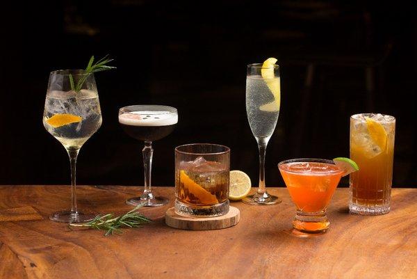 """为充分满足爱酒""""星粉""""的喜好,星巴克臻选(R)咖啡酒坊提供极具星巴克特色的多样酒饮选择,除了多款葡萄酒、精酿啤酒、餐前酒以及大家所熟悉的经典鸡尾酒,更有现场手工调制的十余款全新创意的鸡尾酒。"""