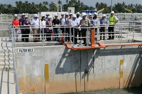 Dato' Ir. Jaseni Maidinsa (brown shirt, middle right) showing Dato' Teo Yen Hua (on Dato' Jaseni's right), media and visiting water industry players around the Sungai Dua Water Treatment Plant.