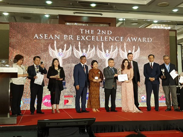 PR Newswire Country Manager, Vietnam, Mai Anh Le receiving the diamond award for the Best Online Media Company supporting PR and Communication Industry