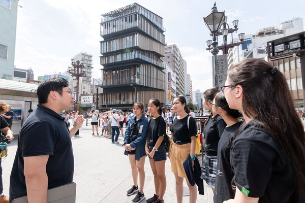 The Champion team of the HLYAP architectural tour design competition participated in an overseas architectural trip to Tokyo last summer, led by Eugene Chang (1st from left), architect at Hang Lung Properties.