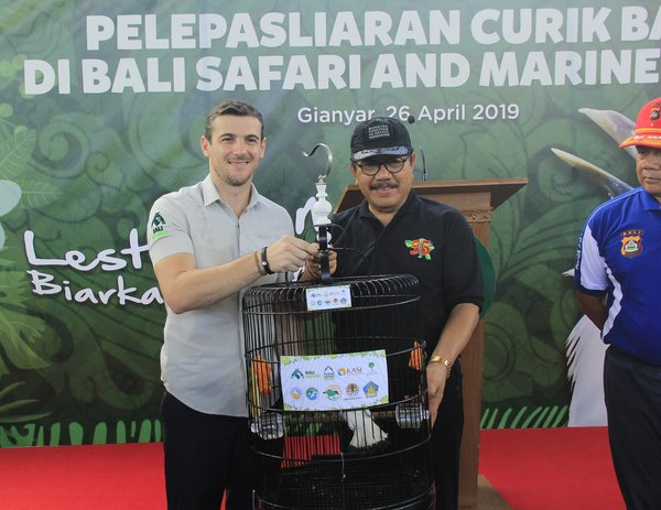 (from left) Bali Safari Park GM Thomas Colbert, and Bali Vice Governor Tjokorda Oka Artha Ardana - at Bali starlings releasing ceremony (26/4/2019)