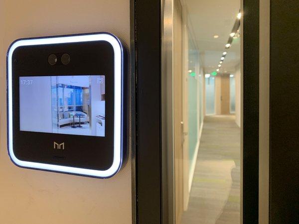 客户可通过走廊门禁左侧的人面识别屏幕,在办公空间中畅通无阻
