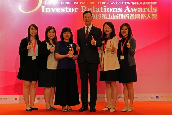 "Director -- Corporate Communications & Investor Relations, Mr. C.F. Kwan (3rd from right) and the Investor Relations team from Hang Lung Properties receive the ""Best IR Company (Large Cap)"" award at the 5th Investor Relations Awards."