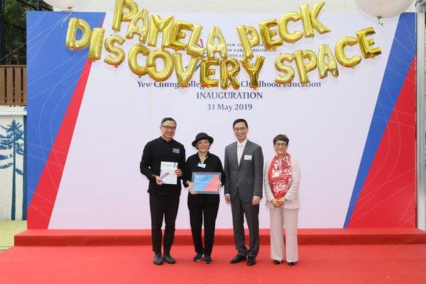 "Mr. Kevin Yeung, JP, Secretary for Education, HKSAR, and Dr. Betty Chan, Chairperson of YCCECE Board of Governors, presented souvenirs to Mr. Paul Tse, JP, and Ms. Pamela Peck, Founders of ""Heart to Heart Foundation""."