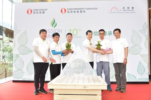 The trainees of Hong Chi Association presented hand-made kokedamas to express their appreciation to Mr Sunny Yeung, Executive Director of Sino Group and Convenor of the Group's Sustainability Committee, who initiated the project and Mr Ho Ching, the horticultural tutor of Hong Chi Association.