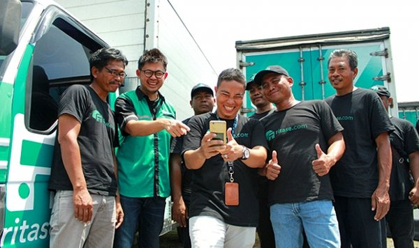 CEO/Founders of Ritase introducing the driver application to Surabaya's truck drivers