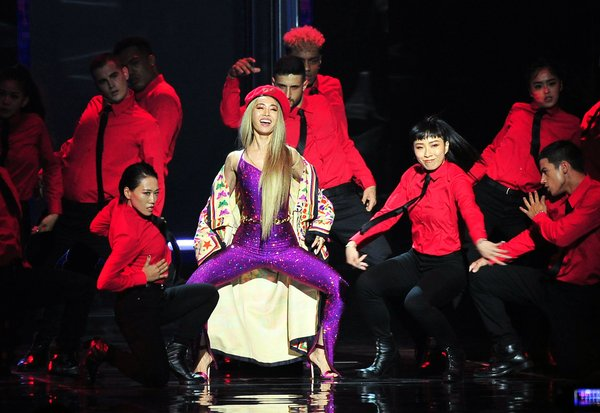 Jolin Tsai performed with 32 dancers on a mesmerizing stage and arrangement.