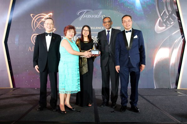 Representatives of Connect Group receiving the APEA 2019 Singapore Corporate Excellence Award on behalf of the Company
