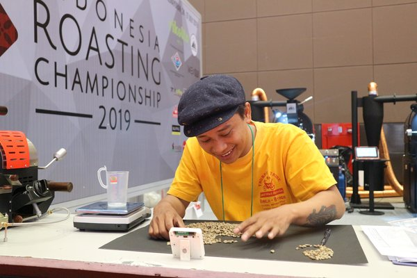 Sermy Samma analyzing green beans at the Indonesia Roasting Championship (IRC) 2019.