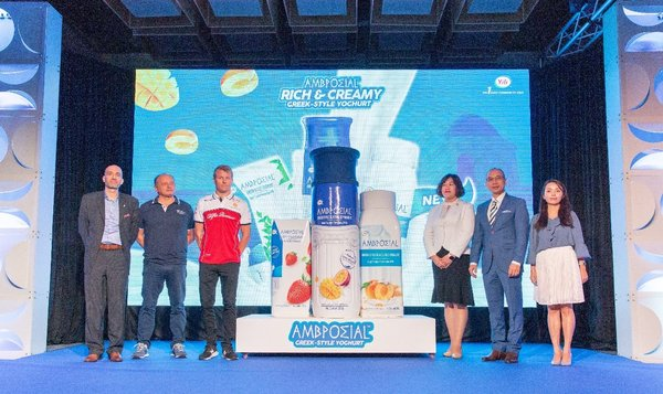 (from left to right) Tetra Pak China Marketing Cluster Leader Manuel Calderon, Alfa Romeo F1 Team, Yili Group VP An Lei, Representatives of AMBROSIAL are celebrating the launch of AMBROSIAL