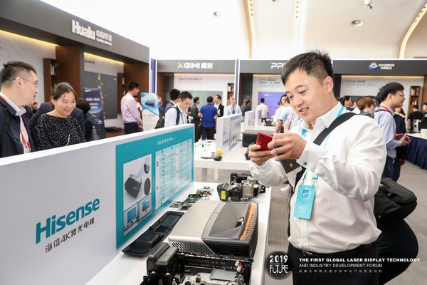 Exhibitors are visiting Hisense Exhibits.
