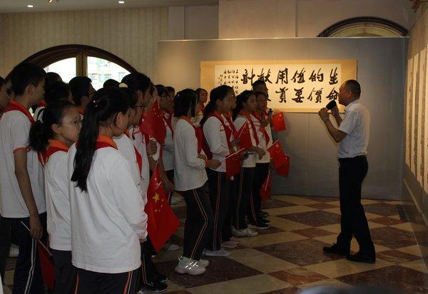 上海中小学生参观老战士胡铁生艺术特展