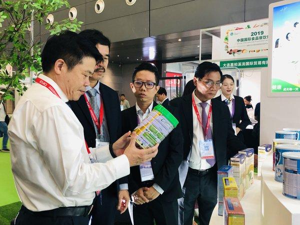 参观者对Vinamilk的优质产品很感兴趣
