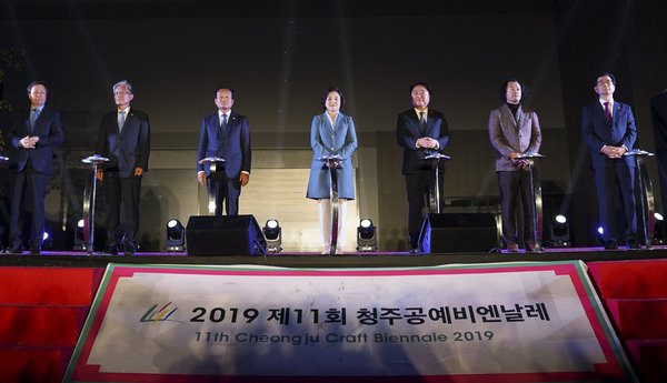 First lady Kim Jung-sook (C), Cheongju Mayor Han Beum-deuk (3rd from R) and other dignitaries push buttons to declare the start of the Cheongju Craft Biennale at the opening ceremony in the central city of Cheongju on Oct. 7, 2019. Han is the chief of the organizing committee.