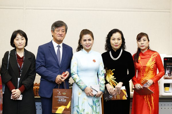 Madame Le Hoang Diep Thao - CEO of King Coffee and Mr. Lee Yong Kwan - President of Busan Film Festival, Dr. Ngo Phuong Lan - Head of VFDA (2nd and 4th from the left) in the official introduction of VFDA