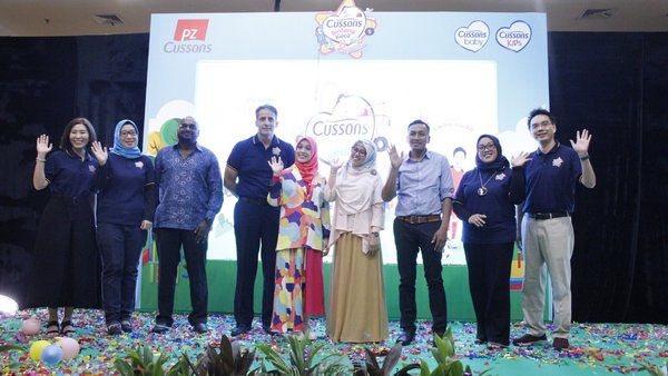 PZ Cussons Indonesia with, Nycta Gina, celebrities and mom-fluencer, Alfa Restu Mardhika, Child Psychologist, and Mattel Indonesia during the Cussons Kids relaunch procession at Cussons Bintang Kecil 8 Kick-Off event, at Curacao Room, Kota Kasablanka on Tuesday (8/10).