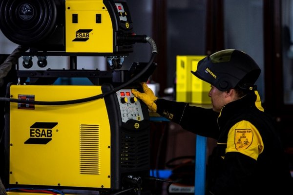 The intuitive human-machine interface makes robot welding operation more convenient for the operators; each parameter can be set easily through the buttons on the front panel