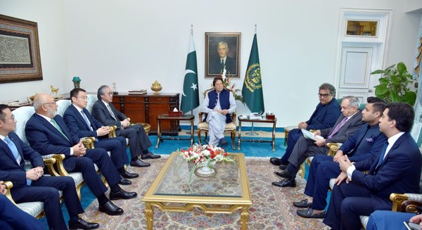 Imran Khan, Prime Minister of Pakistan (centre) met Eric Ip, Group Managing Director of Hutchison Ports (fourth from left) at Prime Minister House.