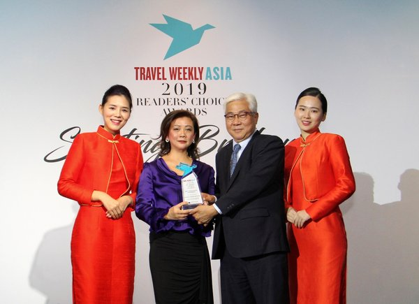 Mr Tan Kim Seng, Chief Operating Officer, Meritus Hotels & Resorts, receiving the Best Upscale Hotel-Asia Pacific award from Ms Irene Chua, Vice President, Asia, Northstar Travel Group