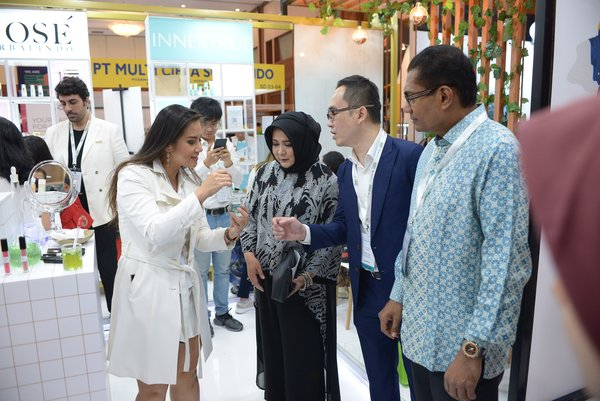 Cosmobeaute Indonesia 2019 exhibition tour with Group Managing Director, ASEAN Business & Senior Vice President of Informa Markets.