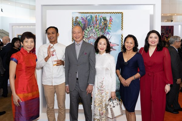 Winner of 2019 UOB Southeast Asian Painting of the Year, Anagard. from Indonesia with (from left), Ms Grace Fu, Minister for Culture, Community and Youth, Mr Wee Ee Cheong, Deputy Chairman and Group CEO, UOB, Mrs Wee Ee Cheong, Ms Nicolette Rappa, Head of Group Strategic Communications and Customer Advocacy, UOB and Ms Lilian Chong, Executive Director, Group Strategic Communications and Customer Advocacy, UOB.