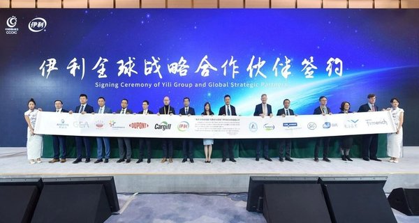 Yili signs a strategic partnership with 13 multinationals during the Agriculture and Food Development Forum at CIIE 2019.