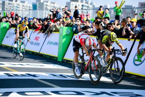 Caleb Ewan (second on the right), champion of 2019 Tour de France Shanghai, ahead of Matteo Trentin (first on the right) at the finish line. Steven Kruijswijk (first on the left) was the 2nd runner up.