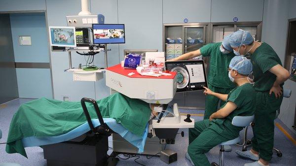 强生全视Catalys中国内地首例飞秒激光白内障手术在博鳌超级医院成功完成
