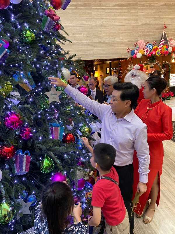 OUE 'Stars of Christmas' Marks 10 Years of Spreading Christmas Cheer to Young Beneficiaries in Singapore